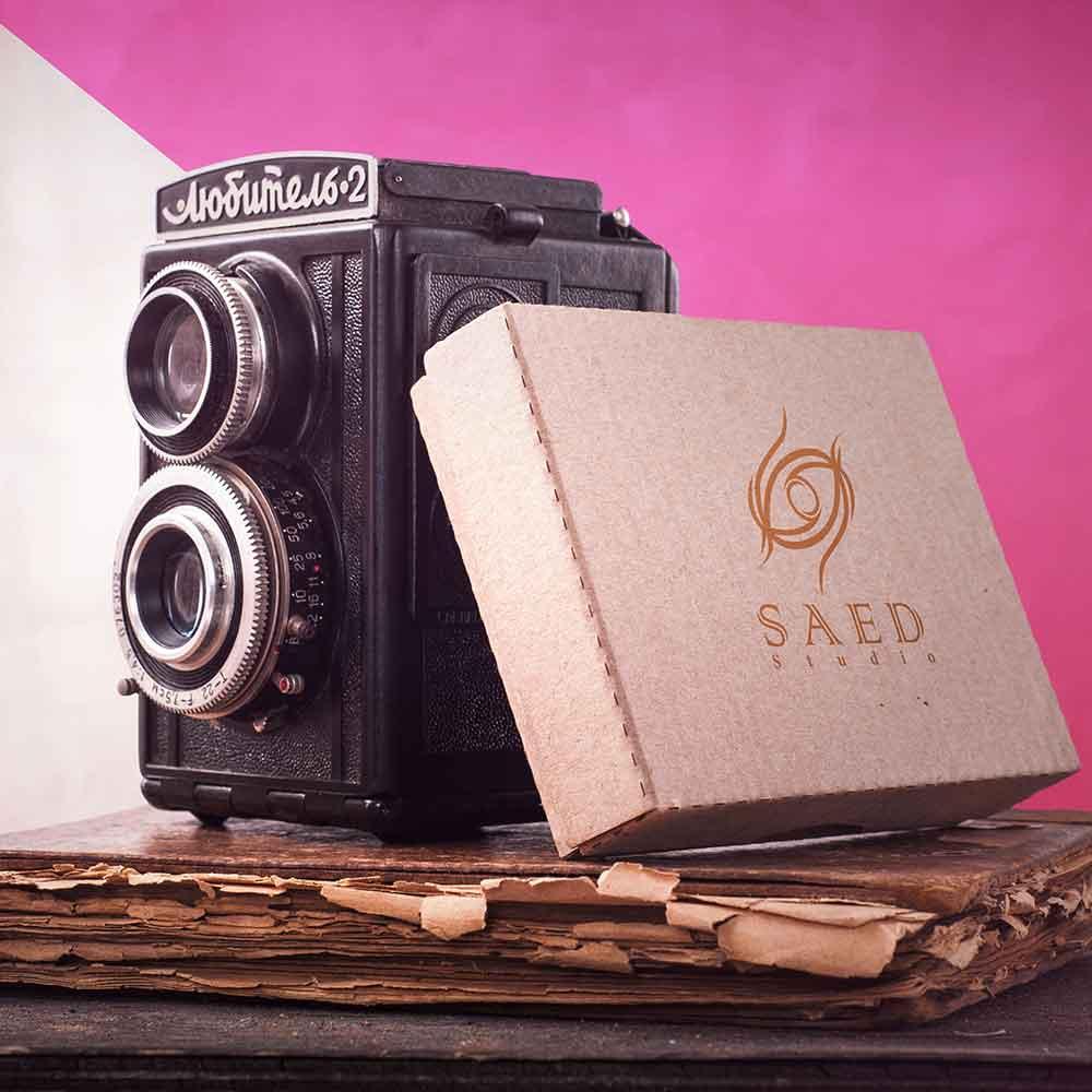 موکاپ دوربین قدیمی طراحی لوگو استودیو عکاسی و فیلمبرداری ساعد
