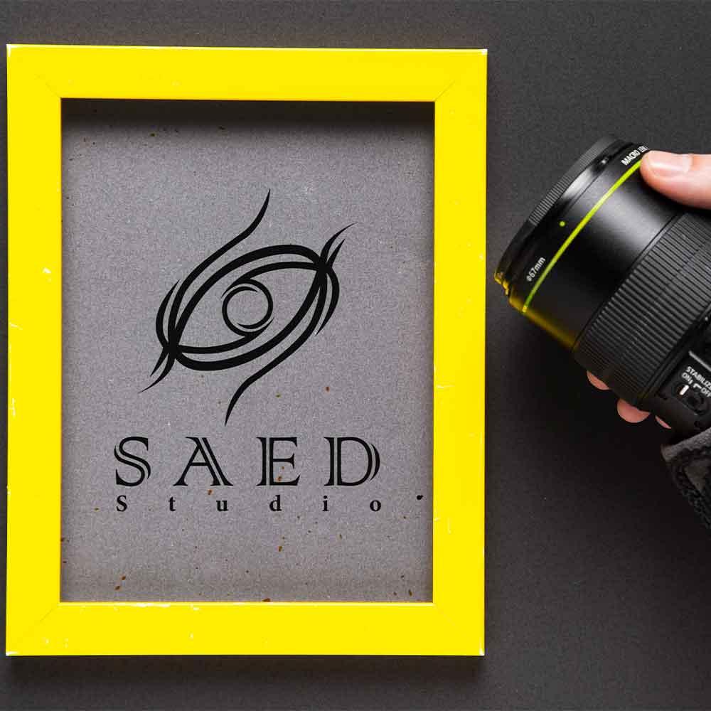 موکاپ دوربین و قاب طراحی لوگو استودیو عکاسی و فیلمبرداری ساعد